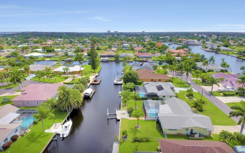 414 Avalon Dr, Cape Coral - House For Sale 302900423
