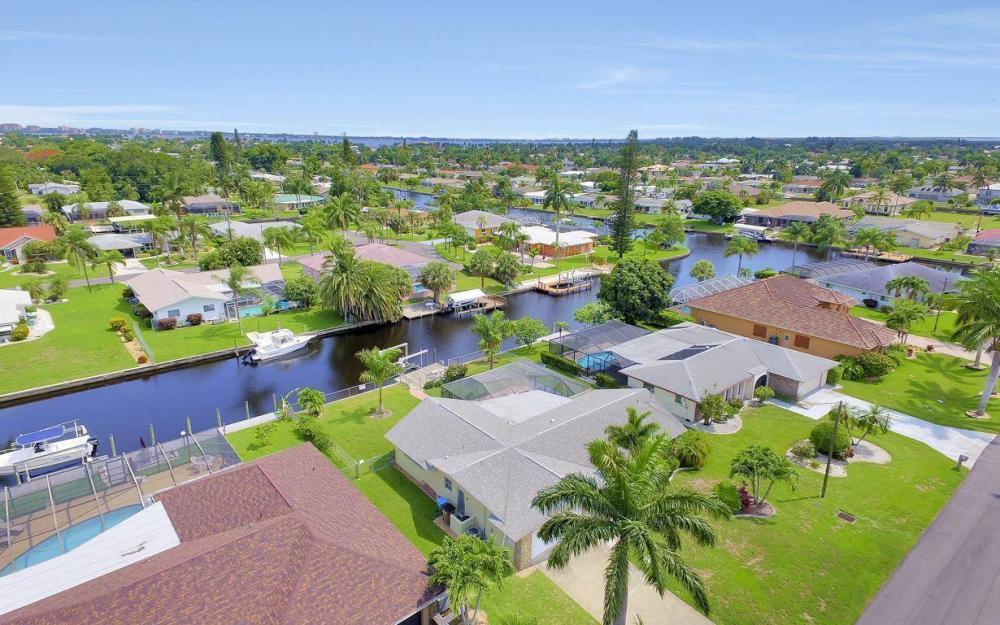 414 Avalon Dr, Cape Coral - House For Sale 1067340267