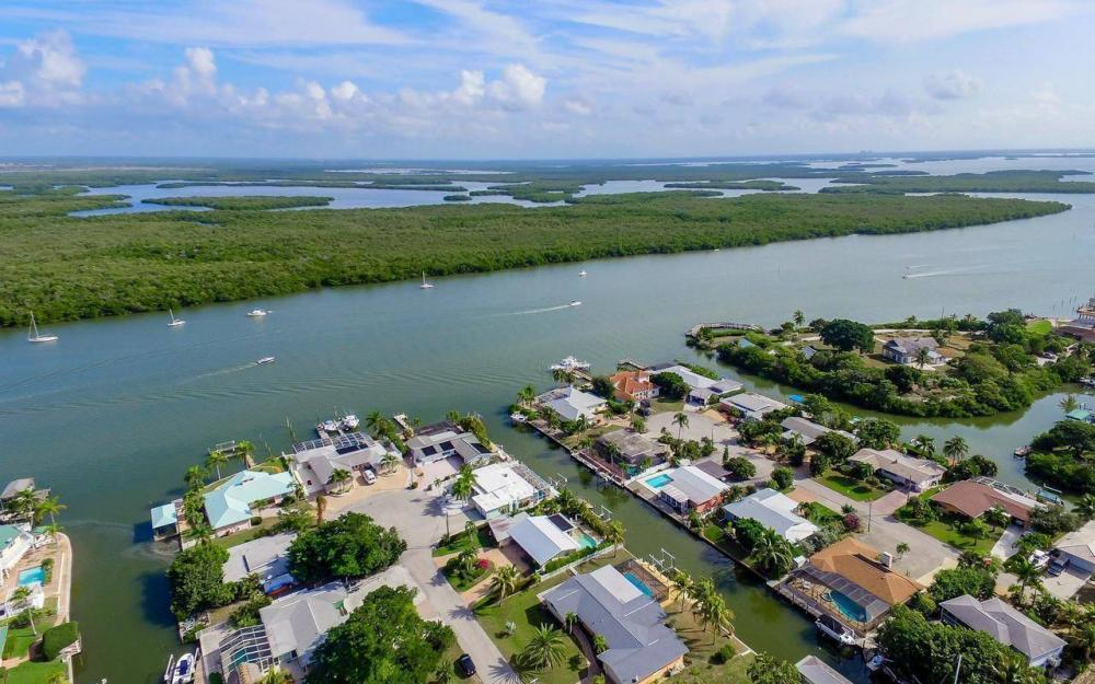 420 Madison Ct, Fort Myers Beach - Home For Sale 1951140703
