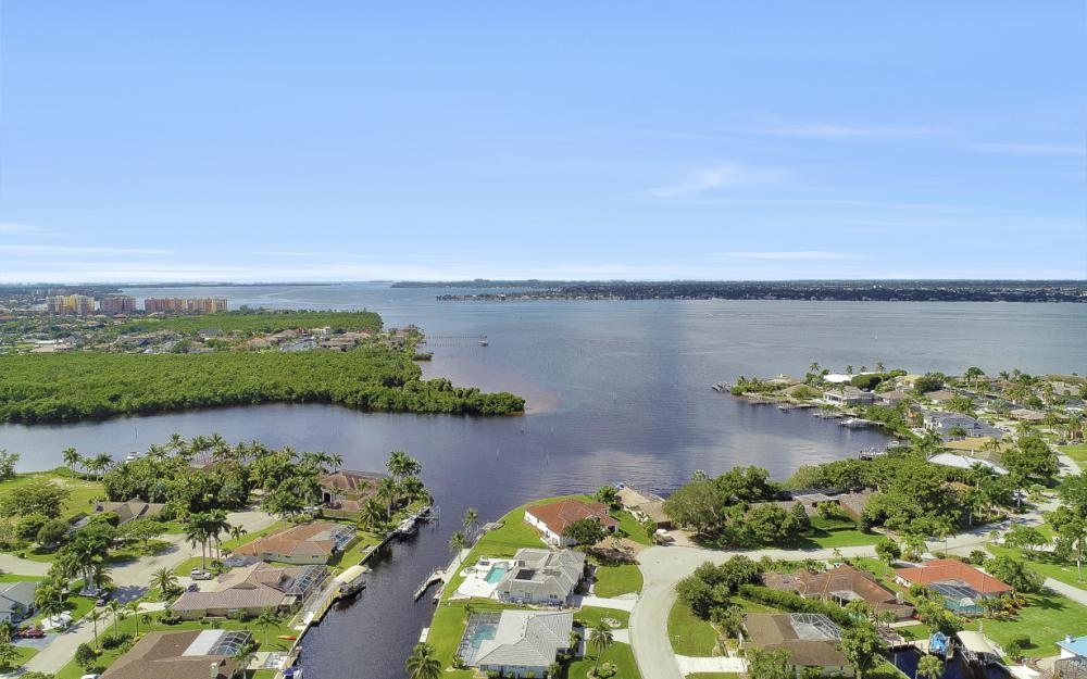 1027 S Town and River Dr, Fort Myers - Home For Sale 744490502