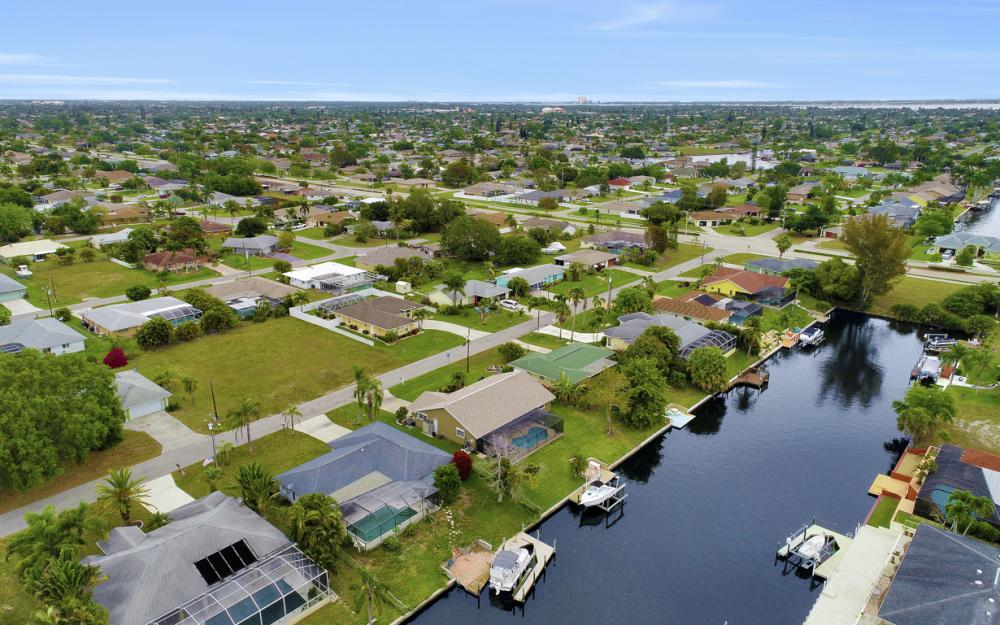 802 SE 33rd St, Cape Coral - Home For Sale 2022749490