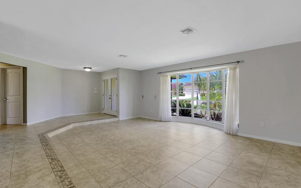 418 Avalon Dr, Cape Coral - Home For Sale 248563485
