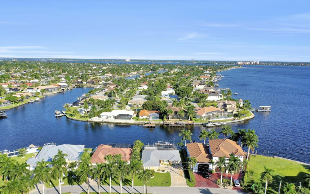 469 Bayshore Dr, Cape Coral - Home For Sale 121487950