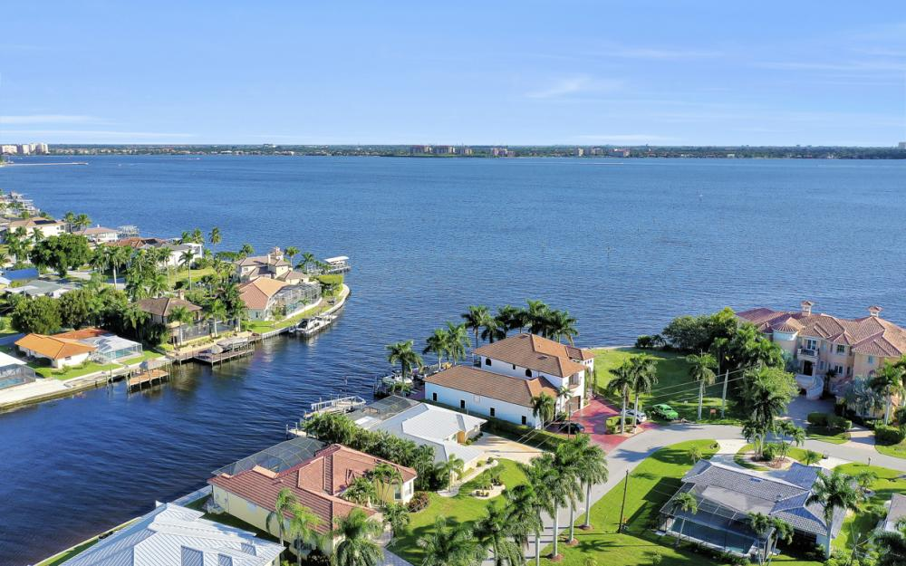 469 Bayshore Dr, Cape Coral - Home For Sale 914497364