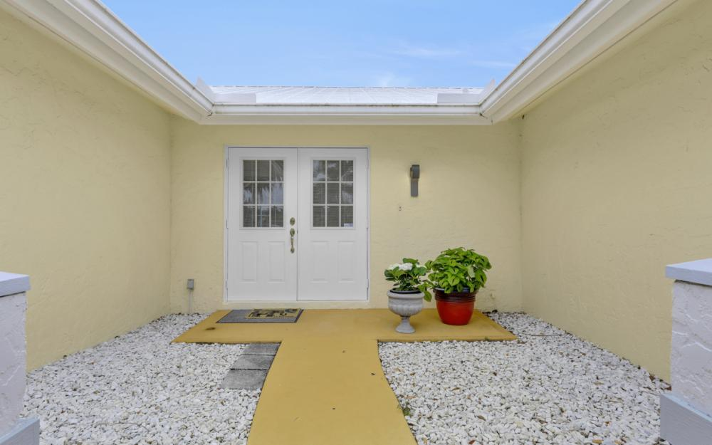 1081 N Town and River Dr, Fort Myers - Home For Sale 262116924