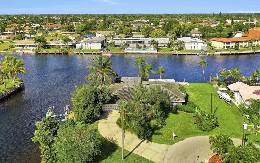 401 Avalon Dr, Cape Coral - Home For Sale 34605369