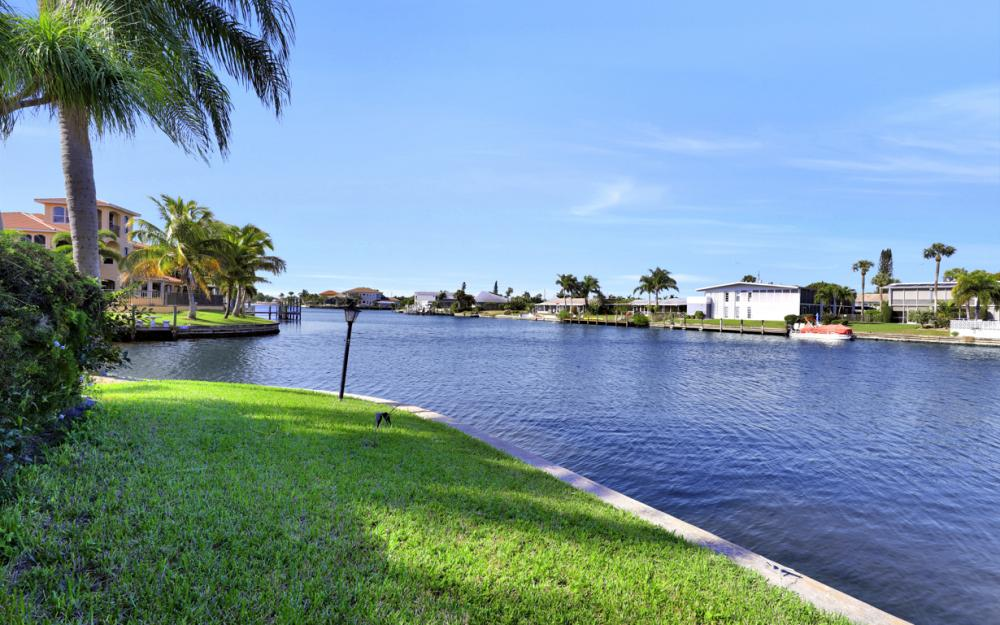 401 Avalon Dr, Cape Coral - Home For Sale 1707548076