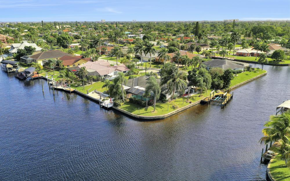 401 Avalon Dr, Cape Coral - Home For Sale 901391976