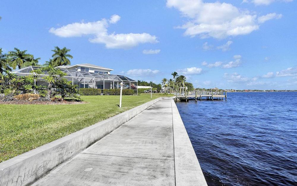 242 Bayshore Dr, Cape Coral - House For Sale 510025312