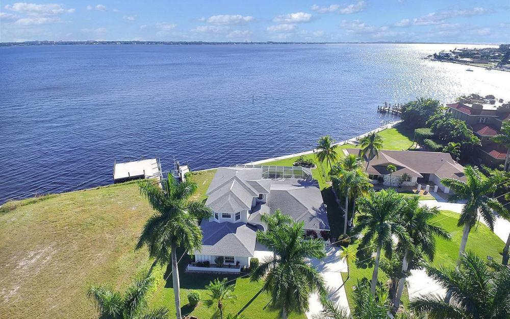 242 Bayshore Dr, Cape Coral - House For Sale 250378465