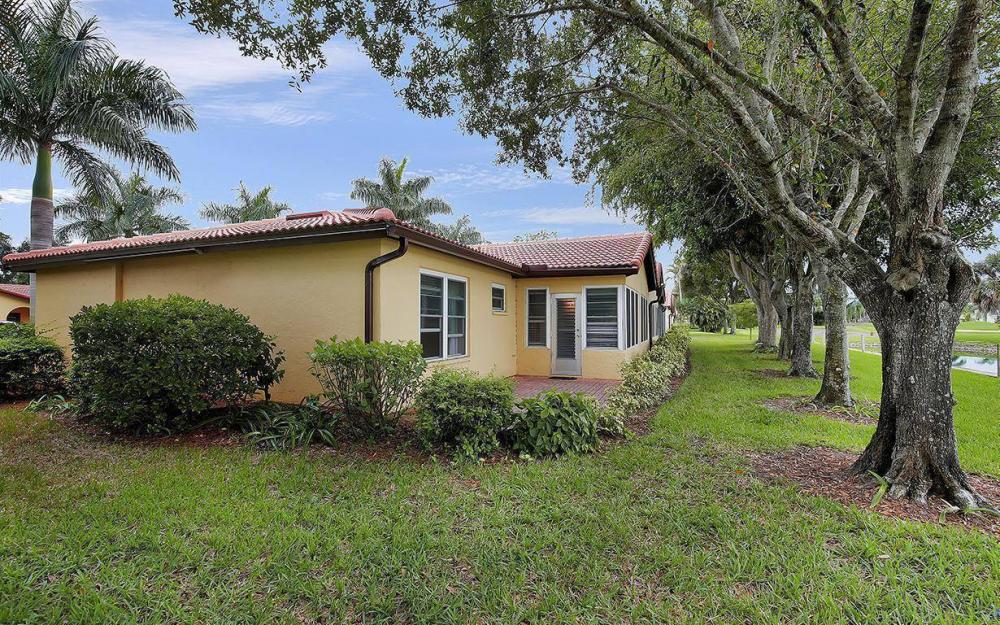 1037 Forest Lakes Dr, Naples - House For Sale 1040623798